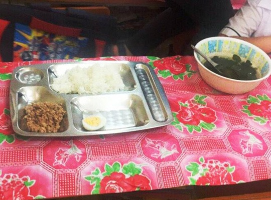 Xôn xao suất ăn có miếng cá thu, vài cọng rau của học sinh tiểu học - Ảnh 2.