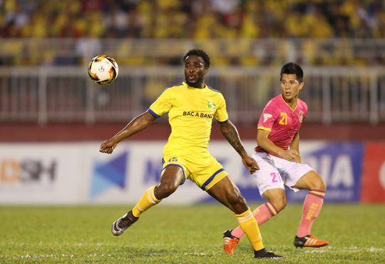 Trung vệ Trần Đình Trọng (21) thi đấu già dặn trước tuổi khiến chính HLV Hữu Thắng cũng không nghĩ anh mới sinh năm 1997