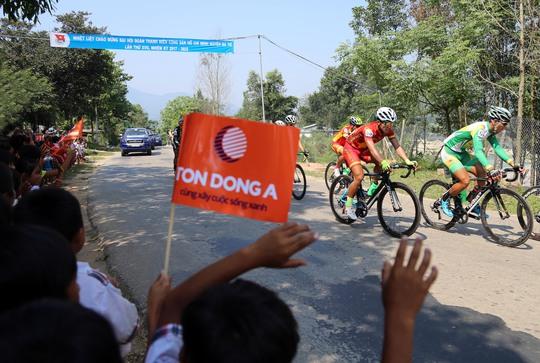 Người dân đón đoàn đua ở Ba Tơ - Quảng Ngãi