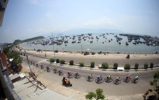 Đoàn đua ngang làng chài Lương Sơn