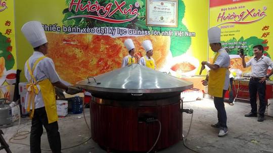 Mãn nhãn với bánh xèo kỷ lục Guiness Việt Nam - Ảnh 2.