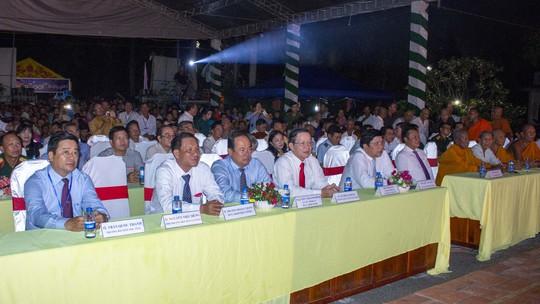 Đông đảo người dân đến tham dự khai mạc ngày hội