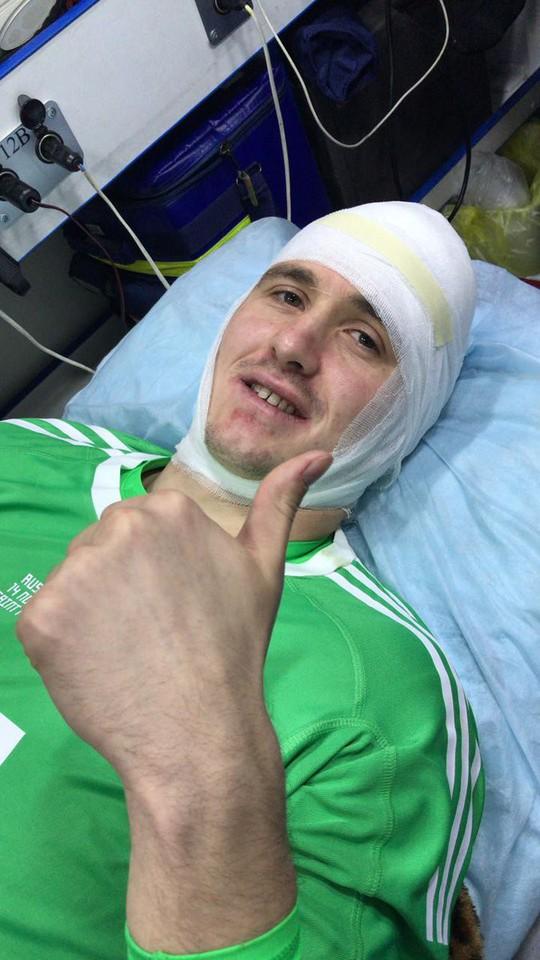 Thủ môn tuyển Nga tét đầu sau cú va chạm kinh hoàng - Ảnh 1.