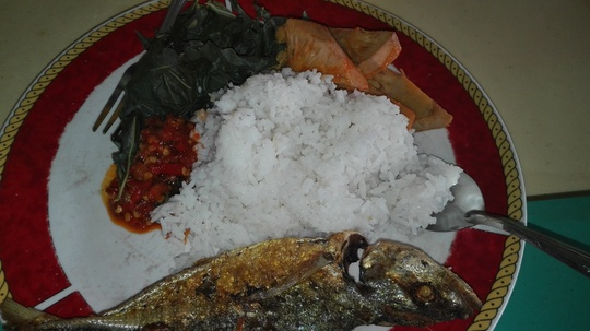 Cơm trưa với cá chiên, đọt mì luộc và mít kho dừa ở Bali