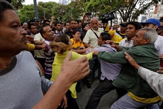 Phe ủng hộ tổng thống xung đột với những người ủng hộ phe đối lập. Ảnh: REUTERS