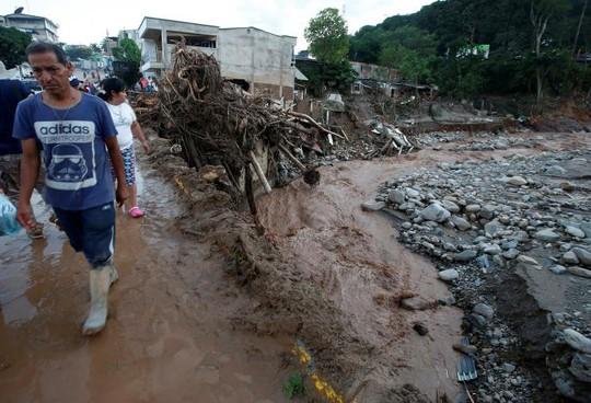 Nhiều khu phố và 2 cây cầu trong TP Mocoa bị tàn phá. Ảnh: Reuters