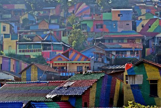 Indonesia: Khu ổ chuột lột xác thành điểm du lịch độc đáo - Ảnh 2.