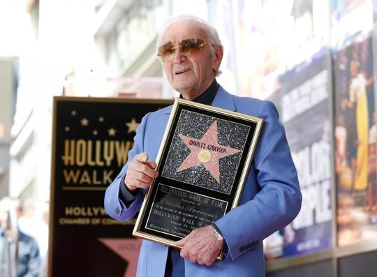 Ca sĩ Pháp được phong sao tại Mỹ ở tuổi 93 - Ảnh 1.