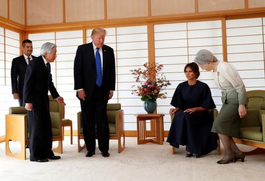 Ông Donald Trump không cúi người chào Nhật hoàng - Ảnh 4.