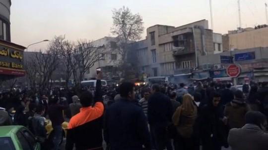 Iran: Cảnh sát bắn chết 2 người biểu tình - Ảnh 3.