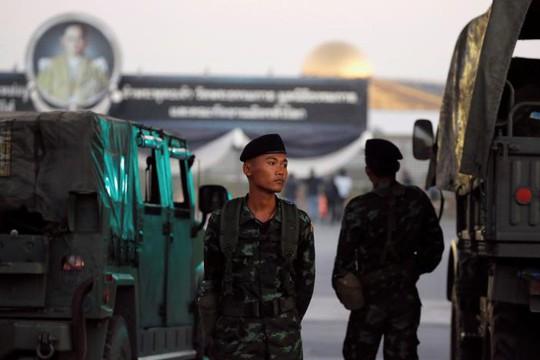 Quân đội Thái Lan canh gác bên ngoài chùa Dhammakaya ở tỉnh Pathum Thani hôm 16-2. Ảnh: Reuters