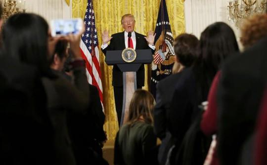 Ông Donald Trump trong cuộc họp báo riêng ngày 16-2. Ảnh: REUTERS