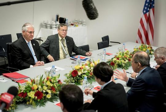 Ngoại trưởng Mỹ Rex Tillerson nghe người đồng cấp Nga Sergei Lavrov phát biểu hôm 16-2. Ảnh: Reuters
