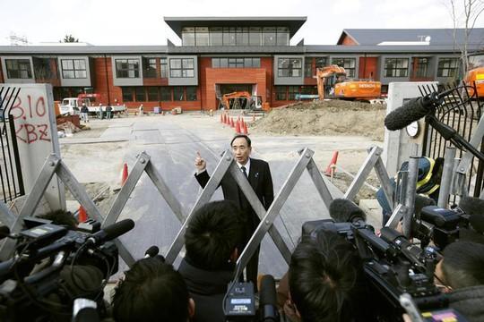 Ông Yasunori Kagoike trả lời các phóng viên tại trường Moritomo Gakuen. Ảnh: REUTERS