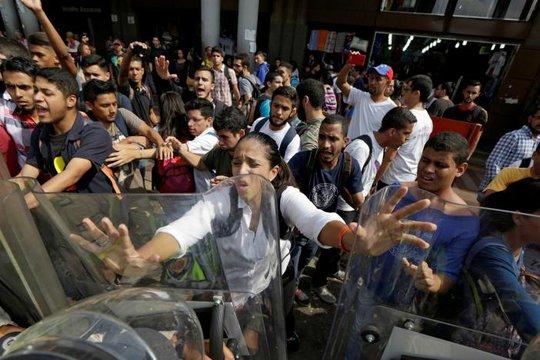 Người biểu tình ủng hộ phe đối lập đụng độ với cảnh sát chống bạo động vào ngày 31-3. Ảnh: REUTERS