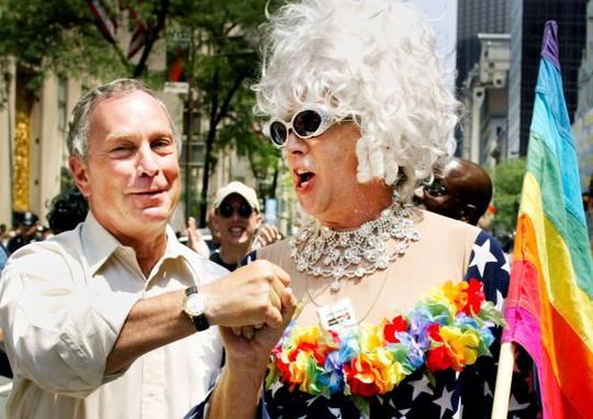 Thị trưởng New York Michael Bloomberg (trái) chào Gilbert Baker tại buổi Diễu hành Tự hào của người đồng tính (Gay Pride parade) ở New York năm 2002. Ảnh: Reuters
