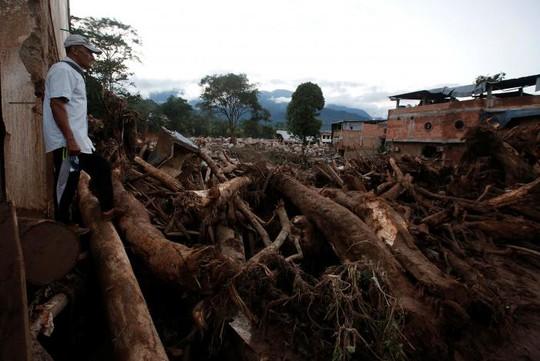 Khung cảnh tan hoang sau vụ việc. Ảnh Reuters