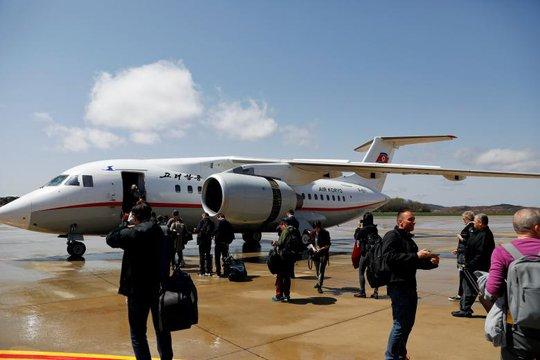 Bức ảnh chụp hành khách lên chuyến bay của hãng hàng không Triều Tiên Air Kyryo ở thủ đô Bình Nhưỡng ngày 18-4. Ảnh: Reuters