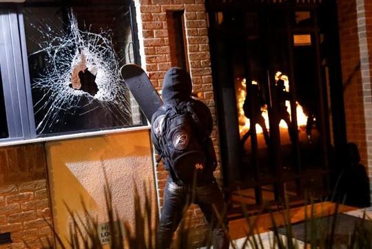 Nhiều cửa hàng cũng bị đập phá. Ảnh: Reuters
