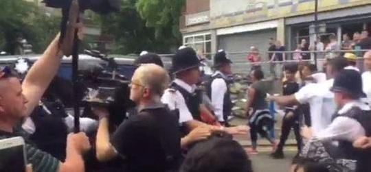 Vụ cháy ở London: Biểu tình sôi sục, thủ tướng Anh tháo chạy - Ảnh 1.