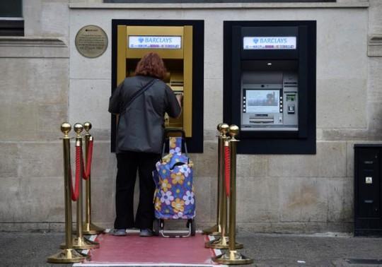 Máy ATM đầu tiên được phủ vàng - Ảnh 2.