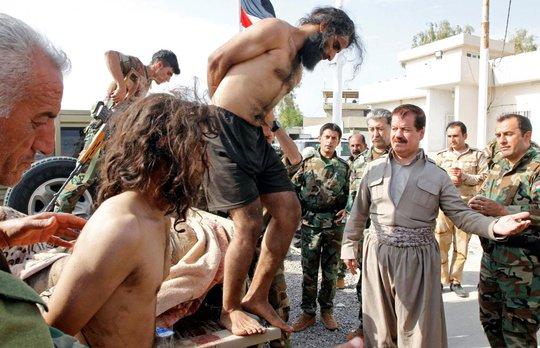Trốn chạy đòn thù, hàng trăm tay súng IS đầu hàng người Kurd - Ảnh 1.