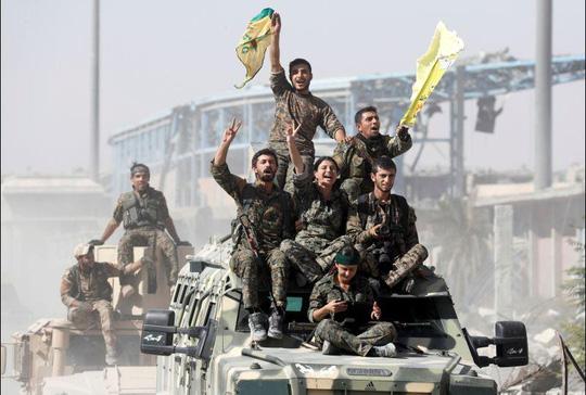 Lực lượng Dân chủ Syria (SDF) do người Kurd dẫn đầu mừng chiến thắng Raqqa hôm 17-10. Ảnh: Reuters