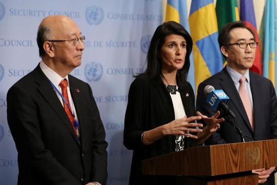 Đại sứ Mỹ tại LHQ Nikki Haley (giữa). Ảnh: REUTERS