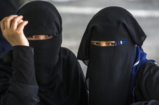 Hai người phụ nữ Duy Ngô Nhĩ. Ảnh: REUTERS