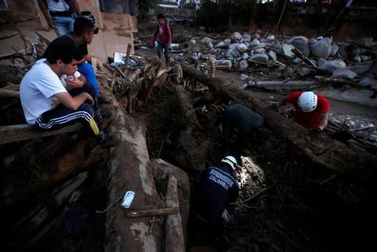 và hàng trăm người bị thương, mất tích. Ảnh: Reuters