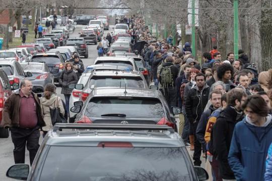 Công dân Pháp xếp hàng bỏ phiếu tại TP Montreal, Quebec - Canada. Ảnh: Reuters