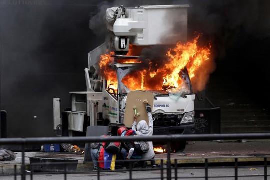 Venezuela: Thủ đô hỗn loạn, thêm người thiệt mạng - Ảnh 2.