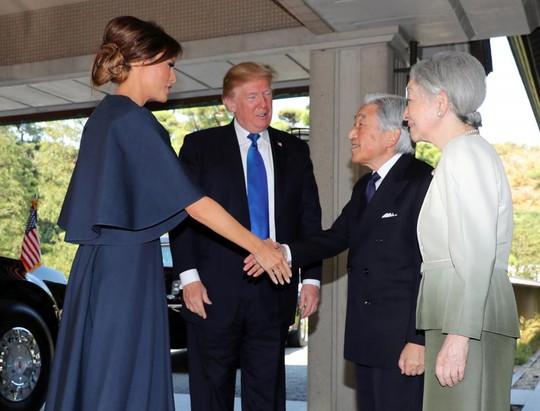 Ông Donald Trump không cúi người chào Nhật hoàng - Ảnh 3.