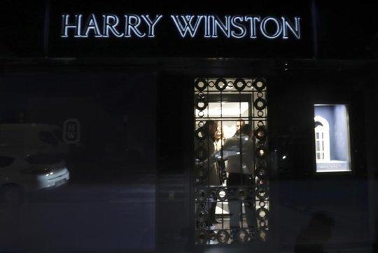 Khung cảnh bên ngoài của cửa hàng trang sức bị cướp. Ảnh: REUTERS