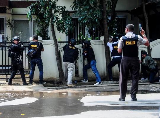 Cảnh sát Indonesia bao vây nghi phạm đánh bom tại một văn phòng chính phủ hôm 27-2. Ảnh: REUTERS