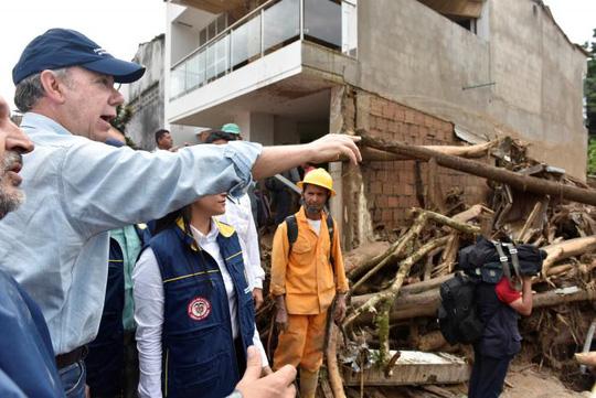 Tổng thống Colombia Juan Manuel Santos giám sát quá trình cứu hộ. Ảnh: Reuters