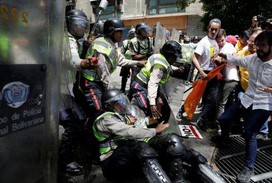 Cuộc biểu tình nhanh chóng biến thành cuộc bạo loạn. Ảnh: Reuters
