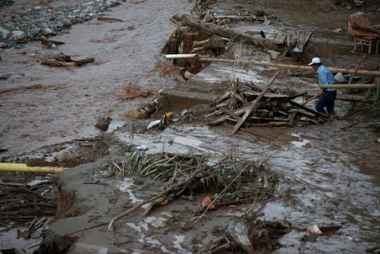 Những trận mưa lớn gây sạt lở và lũ lụt. Ảnh Reuters