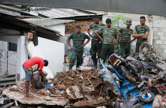 Đến ngày 15-4, đã có 11 người thiệt mạng vì vụ sập bãi rác cao 91 mét ở thủ đô Colombo. Ảnh: Reuters