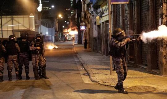 Cảnh sát dùng khí cay trấn áp người biểu tình. Ảnh: Reuters