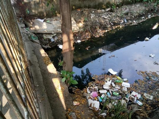 Chất thải được xả khắp con kênh Nước Đen, sặc mùi hôi thối.