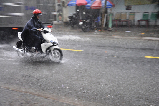 Mưa nặng hạt trút xuống địa bàn quận Tân Phú vào chiều 2-4
