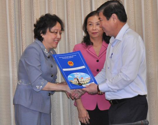 Chủ tịch UBND TP Nguyễn Thành Phong trao quyết định cho bà Phạm Khánh Phong Lan