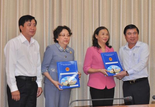 Chủ tịch UBND TP Nguyễn Thành Phong trao quyết định điều động và bổ nhiệm bà Huỳnh Thị Kim Cúc