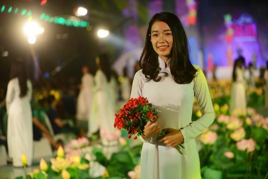 Áo dài trắng nữ sinh là một phần không thể thiếu trong lễ hội.