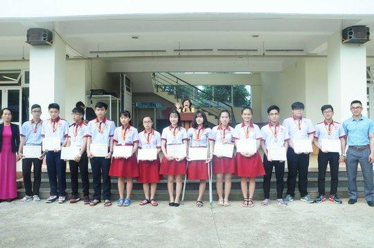 Lê Thị Hà Vi cùng các bạn học của mình
