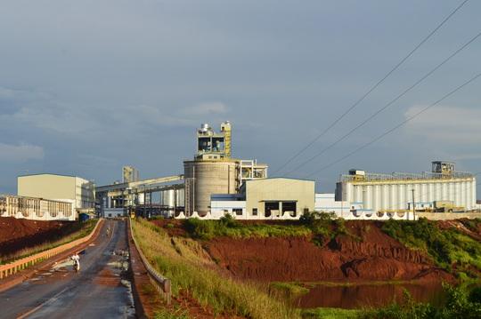 Bột trắng phủ đầy bên ngoài nhà máy Alumin  - Ảnh 1.