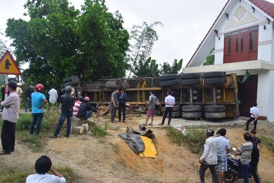 Container tông gãy cây vú sữa trước khi đâm vào nhà dân