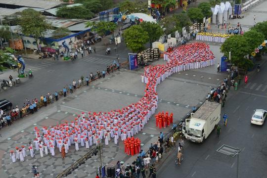 Các nữ sinh xếp thành hình bản đồ Việt Nam