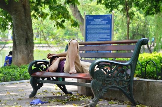Muôn kiểu chống chọi nóng kinh người trên 40 độ C ở Hà Nội - Ảnh 1.